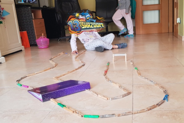 t-race circuito de carreras con rampa y pinzas