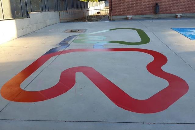 t-race circuito de carreras pintado en el suelo